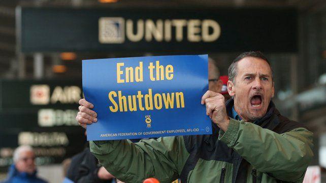 Crece el malestar. Un trabajador suspendido reclama el pago de su salario en el aeropuerto de Sacramento.