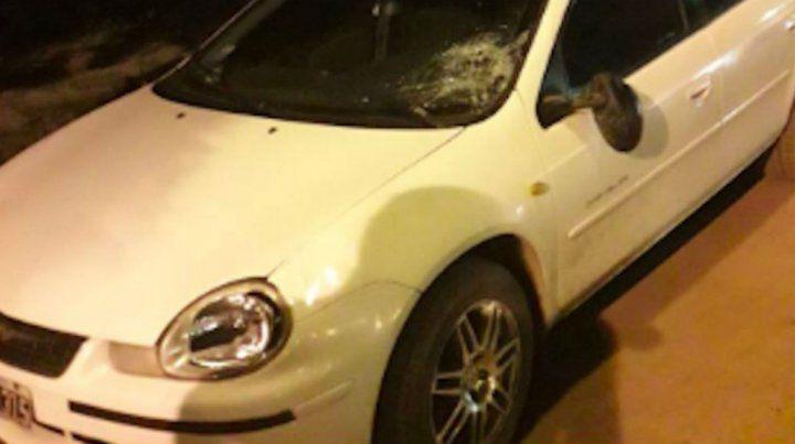 El parabrisas del Chrysler Neón quedó deteriorado tras el choque. (Gentileza SL24)