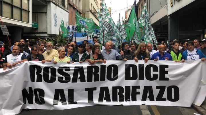 Los referentes de las organizaciones sociales y sindicales encabezan la marcha.