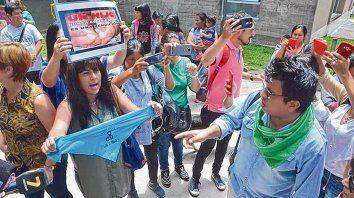 Los grupos pro aborto y anti aborto se gritan en las puertas del Hospital Materno Infantil de Jujuy.
