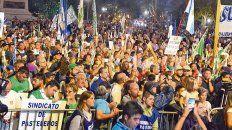 Protesta. Encolumnados o sueltos, los manifestantes colmaron la plaza San Martín.