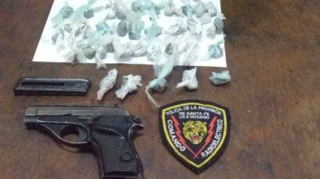 El arma y la droga que la policía secuestró en la vivienda.
