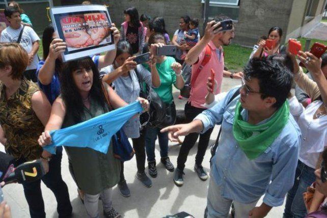 Manifestantes en contra del aborto se agolparon frente al hospital donde se practicó la cesárea.