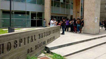 La fachada del Hospital Materno Infantil de la ciudad de Jujuy, donde se concentraron los provida y los proaborto.