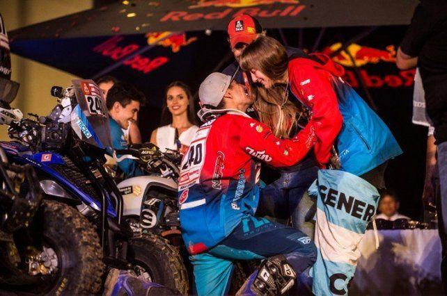 Un piloto argentino ganó el Dakar y en el podio le propuso casamiento a su novia
