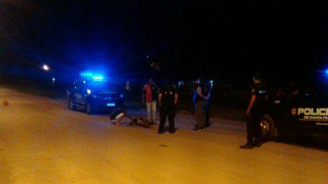 La policía trabaja en el lugar donde ocurrió el homicidio.