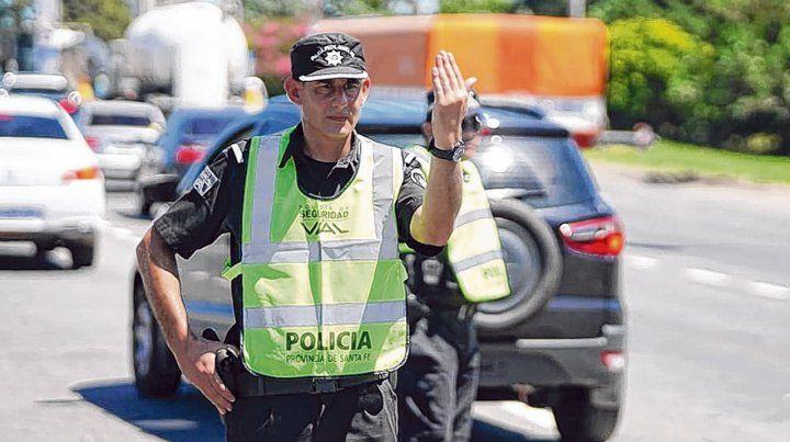 Conciencia. Los agentes en rutas y autopistas provinciales bregan por la seguridad de santafesinos y turistas.