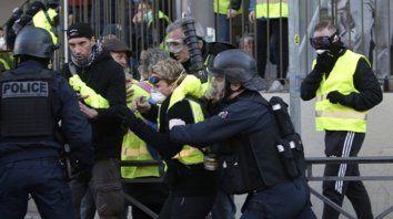 Desórdenes. Policías empujan a un manifestante en Marsella.