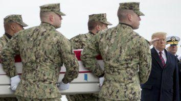 Honores. El presidente recibe los cuerpos de oficiales muertos durante un atentado yihadista en Siria.