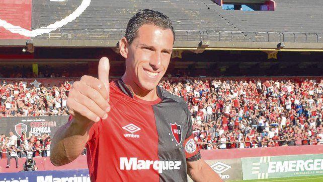 Pulgar arriba. Maxi Rodríguez saluda con la rojinegra y otra vez en el Coloso del Parque
