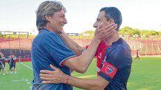 Dos potencias se saludan. El Gringo Heinze y la Fiera Rodríguez, compañeros campeones, se abrazan efusivamente.