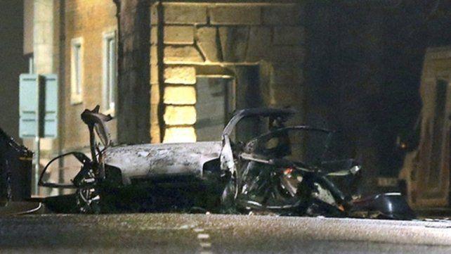 De nuevo. Un auto destrozado por la explosión en Londonderry.