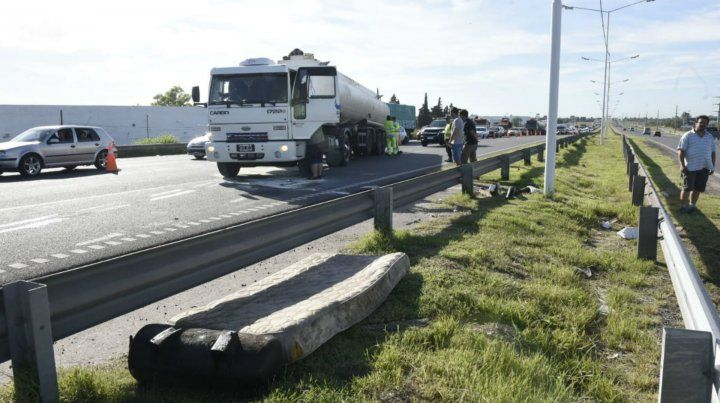 Volcó un camión con cereal en avenida Circunvalación