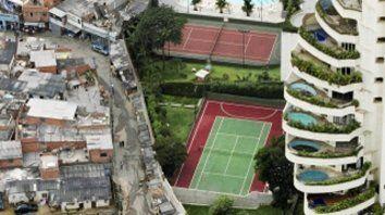 Contrastes. Un suburbio de San Pablo muestra con crudeza los abismos  sociales de Brasil. La desigualdad es muy alta en América latina. Oxfam  lo confirma en su informe.