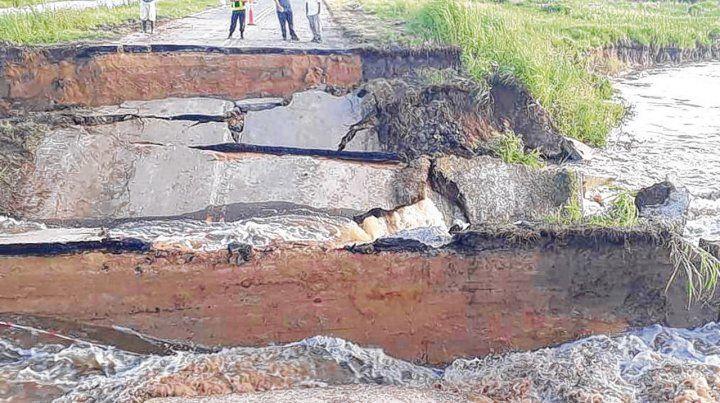 Ensanchamiento. La ruta 1 sufrió desde el sábado más erosión y no pudo colocarse el puente Bailey