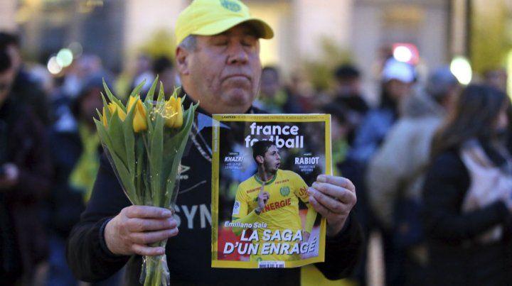 Un hincha de Nantes exhibe la tapa de la revista France Football.
