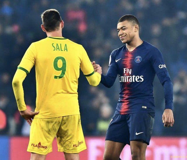 Emiliano y Mbappé se saludan luego del último Nantes y PSG por el torneo francés.