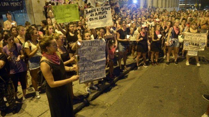 Basta de matarnos. Una gran cantidad de mujeres se manifestó ayer en las escalinatas de Tribunales.