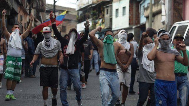 Movilizados. Los venezolanos salieron el lunes a apoyar a un pequeño grupo de militares alzados en armas.