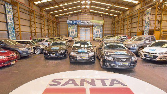 En exhibición. Parte de los autos de alta gama secuestrados por la provncia alojados en el galpón de la Agencia que los administra en Alvear.