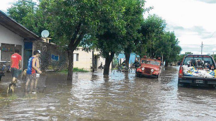 Anegados. La masa de agua entró desde la zona rural e inundó calles.