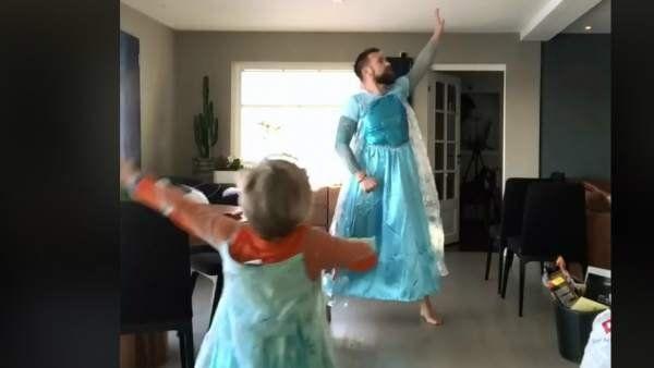 Un papá se puso un vestido para bailar Frozen con su hijo y se volvió viral
