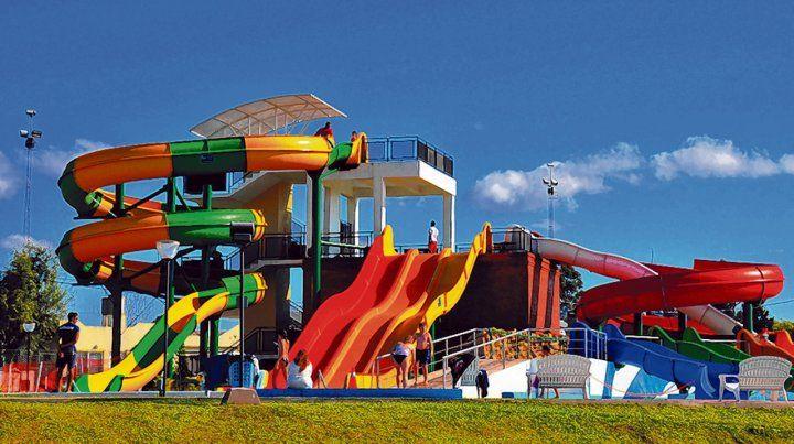 Toboganes y rulos. El parque acuático ofrece múltiples variedades de juegos con inclinaciones variables de caída al agua.