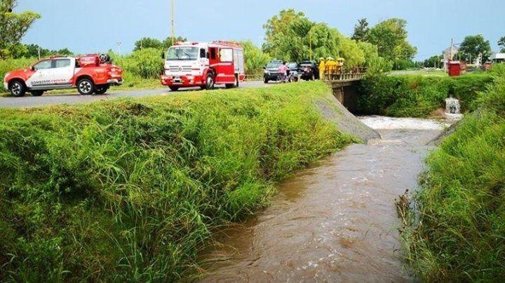 Dramático rescate de un nene que cayó a un canal en medio de la lluvia
