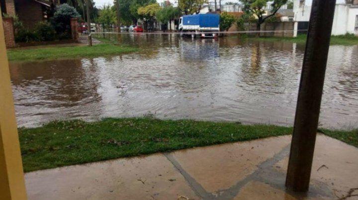 Bajo agua. El temporal de lluvia anegó varias calles en Venado.