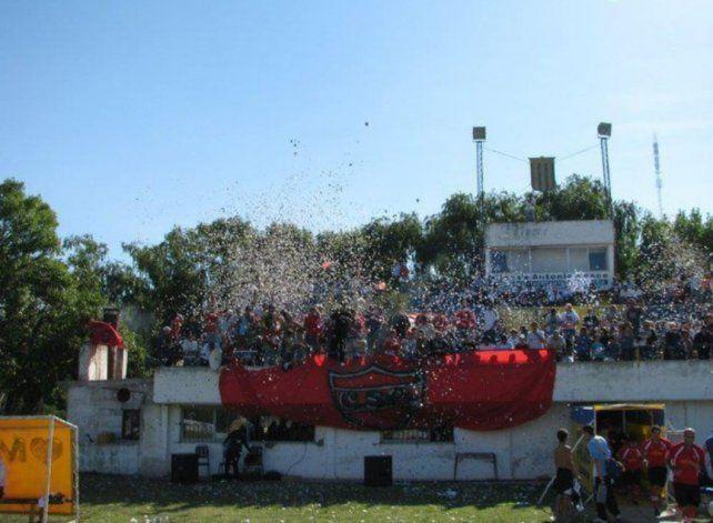 La hinchada del Sportivo en la cancha de Centenario