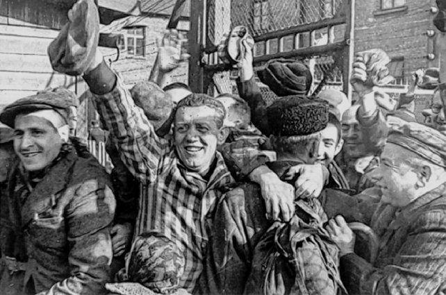 Liberados. Prisioneros de Auschwitz se abrazan con los soldados rusos el 27 de enero de 1945.