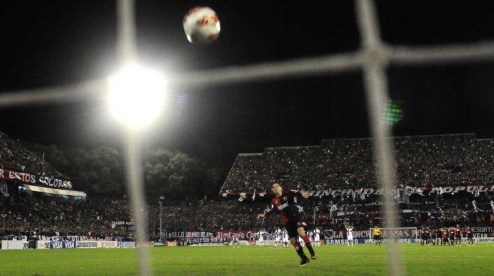 En el Coloso. Maxi Rodríguez convirtió el penal que definió en 2013 el pase en la Copa Libertadores.