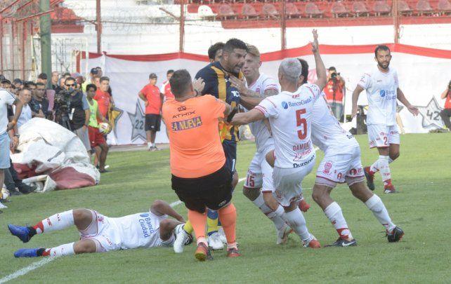 Ortigoza vio la roja directa después de darle un pelotazo a un rival y forcejear con otros.