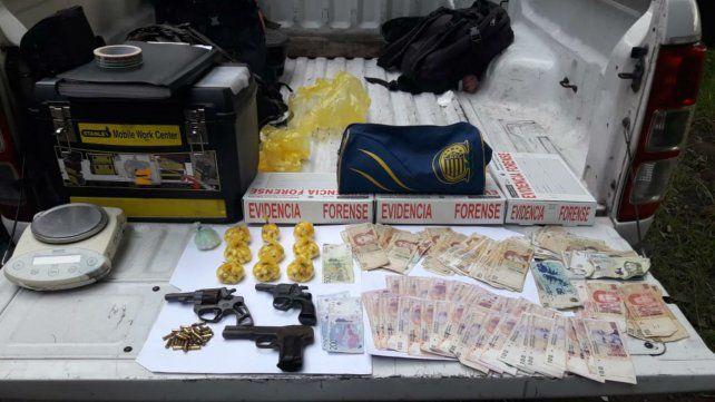Detuvieron a un joven armado y con 400 envoltorios de cocaína