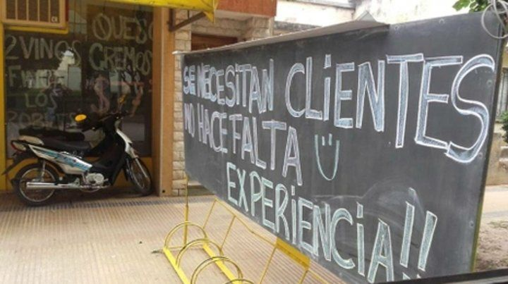 Ingenio. Un cartel de un comercio y el pedido de clientes sin experiencia.