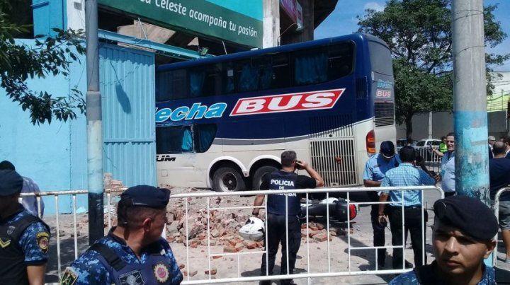 El micro de Unión chocó una pared del estadio de Belgrano e hirió a un policía