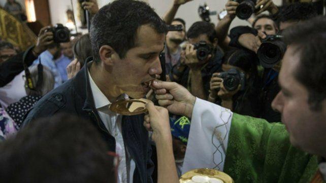 Creyente. Guaidó asistió a misa ayer en Caracas. Pidió a los militares que no disparen contra los manifestantes.