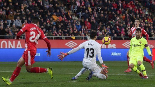 La picó. Leo abre bien los ojos para tocarla por sobre el arquero de Girona. Fue triunfo 2-0 de Barcelona.