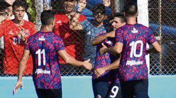Gol charrúa. Gastón Tedesco marcó el empate y todos se asocian en el festejo.