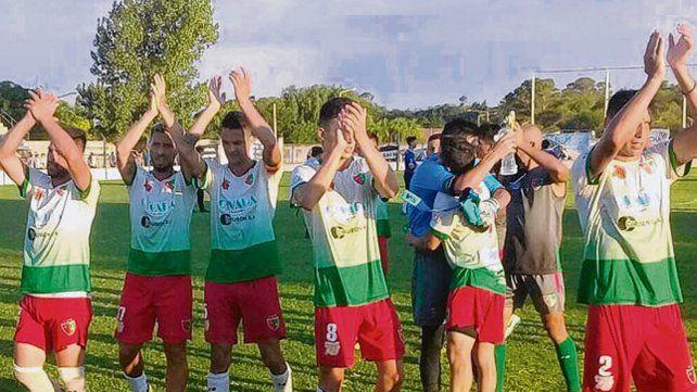 Brazos en alto. Los jugadores de Aguirre saludan luego de conseguir el empate.