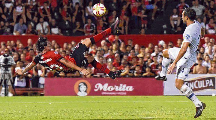 La pirueta del Gato. Formica ensayó una chilena notable que terminó en gol