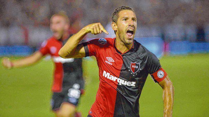 Estoy acá. Maxi Rodríguez acaba de convertir el gol y así lo festeja ante su gente en un Coloso repleto.