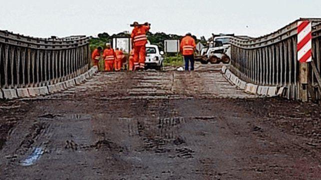 Límite. En el puente Mabey admiten vehículos de hasta 20 toneladas de peso.