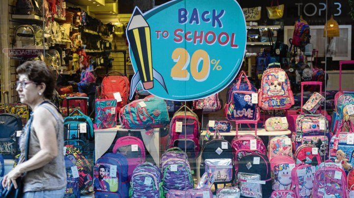 con ofertas. Las principales vidrieras de los locales céntricos ya exhiben los artículos para el inicio escolar. Los incrementos de precios forzarán nuevas prácticas.