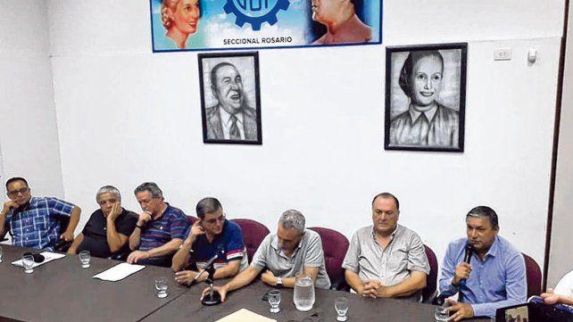 dirigentes. Donello y Cerra (en el centro de la foto) pidieron la emergencia. Respaldo de otros gremios.