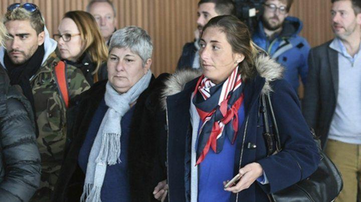arribo. La madre de Sala y sus hermanos ayer en el aeropuerto de Guernesey