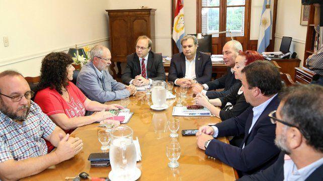 Las negociaciones entre el gobierno provincial y los docentes y trabajadores públicos volverá a tener la inclusión de la cláusula gatillo. (Foto de archivo)