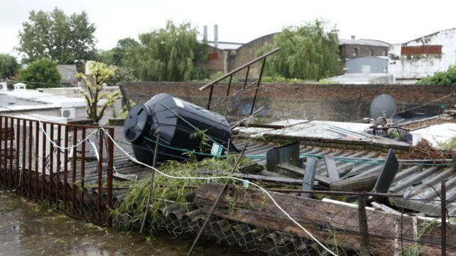 Cayó un árbol, tumbó un tanque de agua y le perforó el techo del galpón