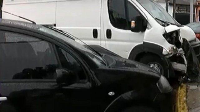 Una ambulancia y un auto chocaron contra una columna