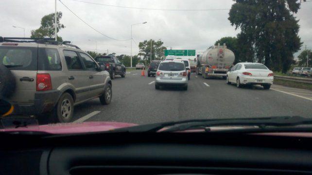 La policía estaba ordenando el tránsito en la zona. (Foto:@maguilaXX678)